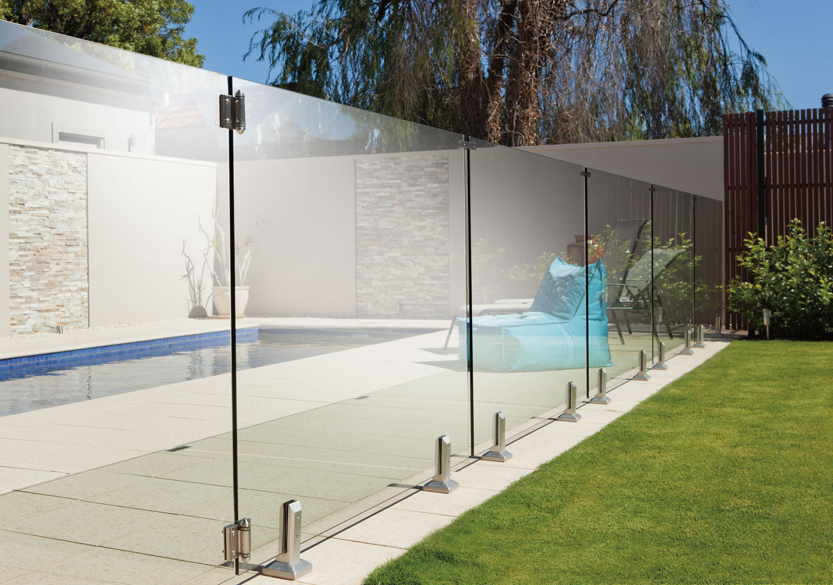 safe and strong frameless glass around your swimming pool